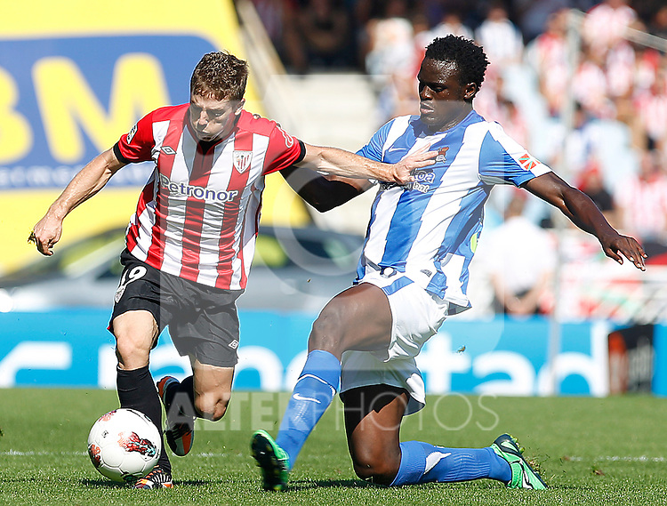 Real Sociedad's McDonald Mariga (r) and Athletic de Bilbao's Iker Muniain during La Liga match.October 2,2011. (ALTERPHOTOS/Acero)