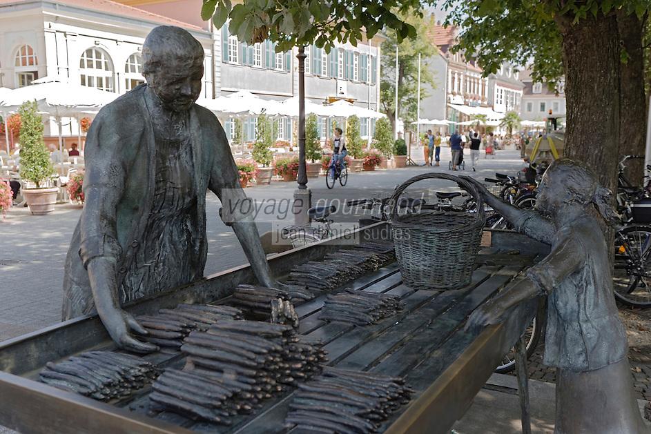 Europe/Allemagne/Bade-Würrtemberg/ env d'Heidelberg /Schwetzingen: statue de la marchande d'asperges - spécialité de la ville