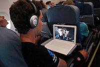 A member of Garmin-Sharp watching a movie on his computer during the rest day of La Vuelta 2012.August 27,2012. (ALTERPHOTOS/Paola Otero) /NortePhoto.com<br />