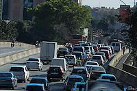S&Atilde;O PAULO - SP - 01,08,2014 - TR&Acirc;NSITO REBOU&Ccedil;AS - O motorista trafega com lentid&atilde;o na Avenida Rebou&ccedil;as sentido Butant&atilde;.Regi&atilde;o oeste da cidade de S&atilde;o Paulo,nessa sexta-feira,01<br /> (Foto:Kevin David/Brazil Photo Press)