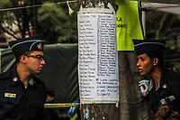 photoluis1Dos cadetes de la Policia dialogan junto a un listado con nombres de personas posibles por rescatar de entre los escombros del edificio de la colonia Álvaro Obregón #286, se espera noticas del rescate durante esta mañana 22 sep 2017 en #CiudadDeMexico #terremoto Foto: Luis Gutierrez/NortePhoto.com<br /> •••• #sismo #terremoto #terremotoMexico #mexico #nortephoto #photojurnalism