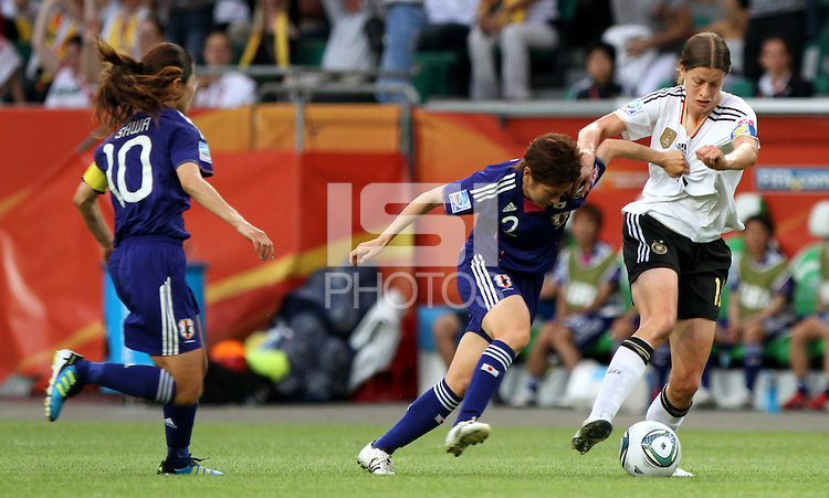 Wolfsburg , 100711 , FIFA / Frauen Weltmeisterschaft 2011 / Womens Worldcup 2011 , Viertelfinale ,  Deutschland (GER) - Japan (JPN) .Kerstin Garefrekes (GER) gegen Yukari Kinga (JPN) .Foto:Karina Hessland .
