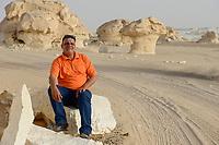 EGYPT, Farafra, Nationalpark White Desert , mushroom chalk rocks shaped by wind and sand erosion / AEGYPTEN, Farafra, Nationalpark Weisse Wueste, durch Wind und Sand geformte Kalkfelsen, guide und Wuestensafari Veranstalter Khaled Khalifa