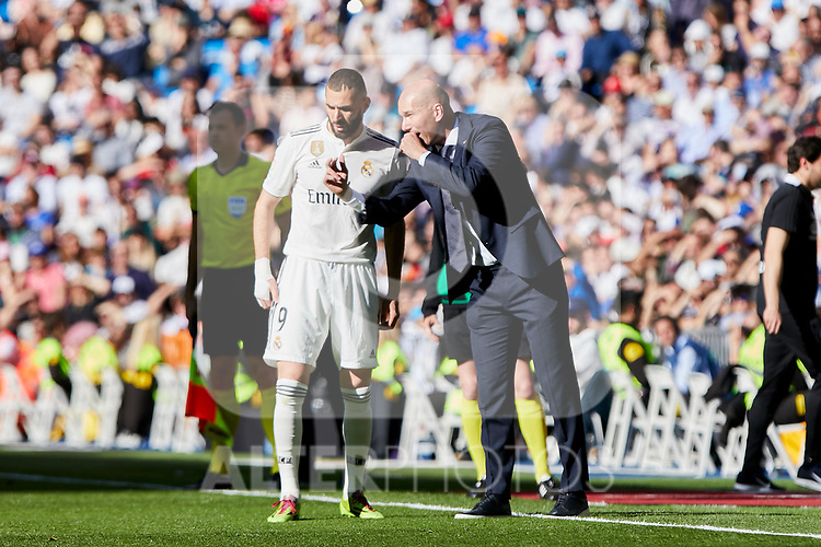Real Madrid's Karim Benzema (L) and coach Zinedine Zidane (R) have words with during La Liga match between Real Madrid and Real Club Celta de Vigo at Santiago Bernabeu Stadium in Madrid, Spain. March 16, 2019. (ALTERPHOTOS/A. Perez Meca)