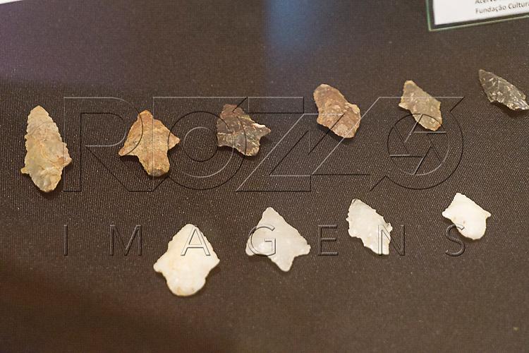 Pontas de Proj&eacute;teis (pontas e flechas) no Museu de Antropologia do Vale do Para&iacute;ba, Jacare&iacute; - SP, 06/2016.<br /> Origem: S&iacute;tios Arqueol&oacute;gicos do Estado de S&atilde;o Paulo, Material/T&eacute;cnica: quartzo e s&iacute;lex/lascamento e polimento.