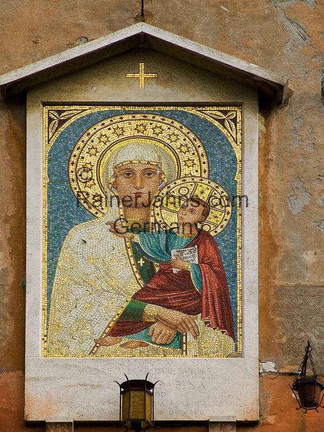 Italien, Latium, Magliano Sabina: Heiligenbild Maria mit Kind hängt am Dorfplatz | Italy, Lazio, Magliano Sabina: image of Mary and child