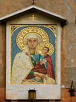 Italien, Latium, Magliano Sabina: Heiligenbild Maria mit Kind hängt am Dorfplatz   Italy, Lazio, Magliano Sabina: image of Mary and child