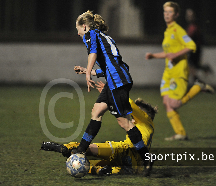 Club Brugge Dames - WB Sinaai Girls : Yana Haesebroek aan de bal met de tackelende Charlotte Van Wynsberghe .foto DAVID CATRY / Vrouwenteam.be
