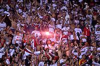 ATENÇÃO EDITOR: FOTO EMBARGADA PARA VEÍCULOS INTERNACIONAIS - SÃO PAULO, SP, 28 DE NOVEMBRO DE 2012 - COPA SULAMERICANA - SÃO PAULO x UNIVERSIDAD CATÓLICA: Torcida durante partida São Paulo x Universidad Católica, válida pela semifinal da Copa Sulamericana no Estádio do Morumbi em São Paulo. FOTO: LEVI BIANCO - BRAZIL PHOTO PRESS