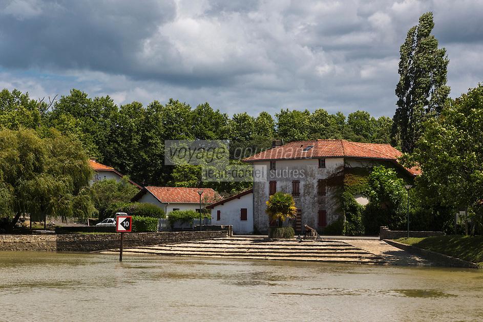 France, Aquitaine, Pyrénées-Atlantiques, Pays Basque,  Guiche: Le port, la cale à gradins  //  France, Pyrenees Atlantiques, Basque Country, Guiche: The river port