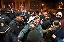 Choques entre policía y activistas.
