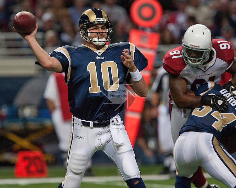 112209tvtimetopass.Rams QB Marc Bulger (10, left) had time to pass with blocking from teammate Kenneth Darby (34, right) against Cardinals DE Kenny Iwebema (91, also at right) in the third quarter. .BND/TIM VIZER