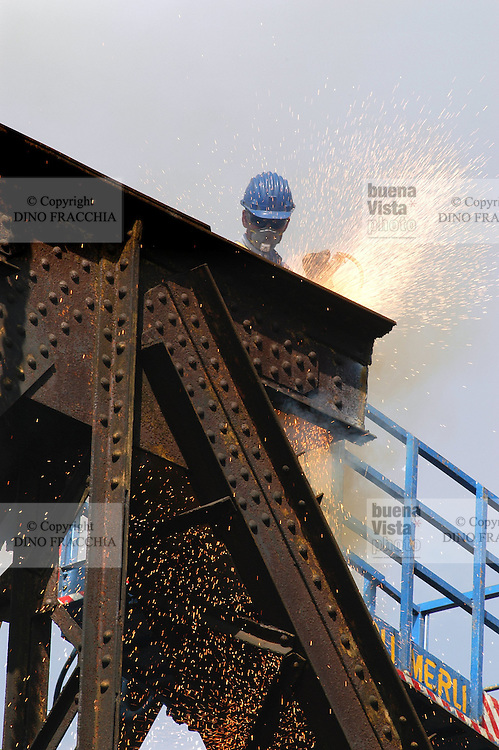 - demolition of an old railway iron bridge with plasma cutting flame....- demolizione di un vecchio ponte ferroviario in ferro con fiamma ossidrica al plasma