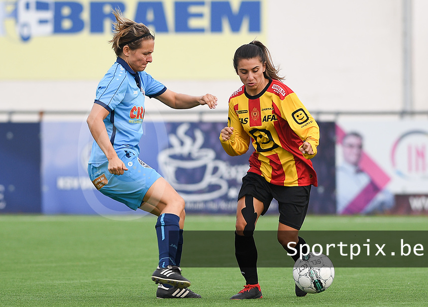 20191005  -  Diksmuide , BELGIUM : FWDM's Sarah Verschaeve and KV Mechelen's Pure Eke pictured during a footballgame between the womensoccer teams from Famkes Westhoek Diksmuide Merkem and KV Mechelen Ladies A , on the 5th matchday in the first division , 1e nationale , in Diksmuide - Belgium - saturday 5th october 2019 . PHOTO DAVID CATRY | Sportpix.be