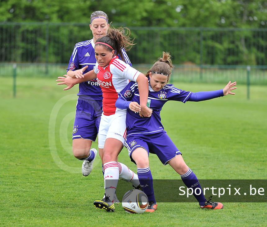 RSC Anderlecht Dames - Ajax Amsterdam : duel tussen Cynthia Browaeys (links) , Babiche Roof en Taika De Koker (rechts).foto DAVID CATRY / Nikonpro.be