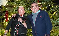 """Comedian Woody Feldmann hat nach 18 Jahren wieder ein Heimspiel bei ihrer Weihnachtsshow in der Griesheimer Wagenhalle und ist ganz gerührt als Jürgen """"Moppel"""" Blümler sie mit einem Video von ihrem letzten Auftritt in Griesheim an der Leinwand überrascht - Griesheim 20.12.2019: Weihnachtsshow Woody Feldmann in der Wagenhalle"""
