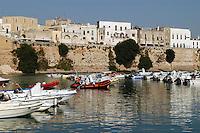- porto turistico sotto le mura della città vecchia....- tourist harbor under walls of ancient town
