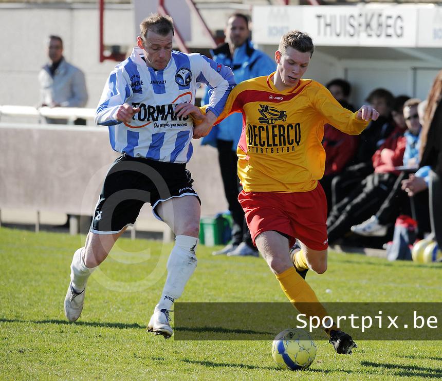 Racing Waregem - Verbroedering Geel Meerhout : duel om de bal tussen Robby Van De Weyer (links) en Pieter Vangheluwe (rechts).foto VDB / BART VANDENBROUCKE