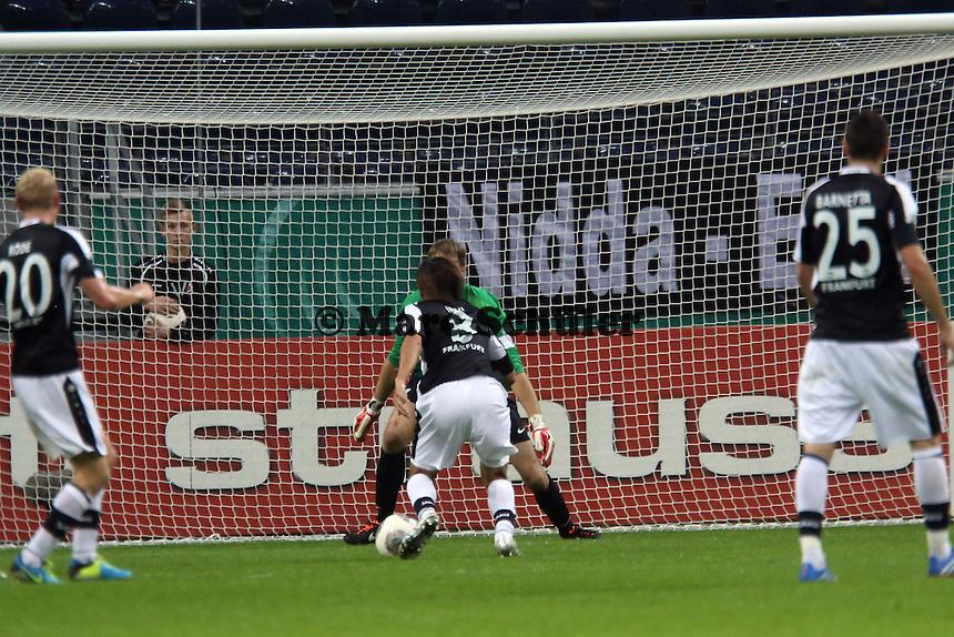 Alleingang Takashi Inui (Eintracht) zum 1:0 gegen Andreas Luthe (Bochum)- Eintracht Frankfurt vs. VfL Bochum, Commerzbank Arena, 2. Runde DFB-Pokal