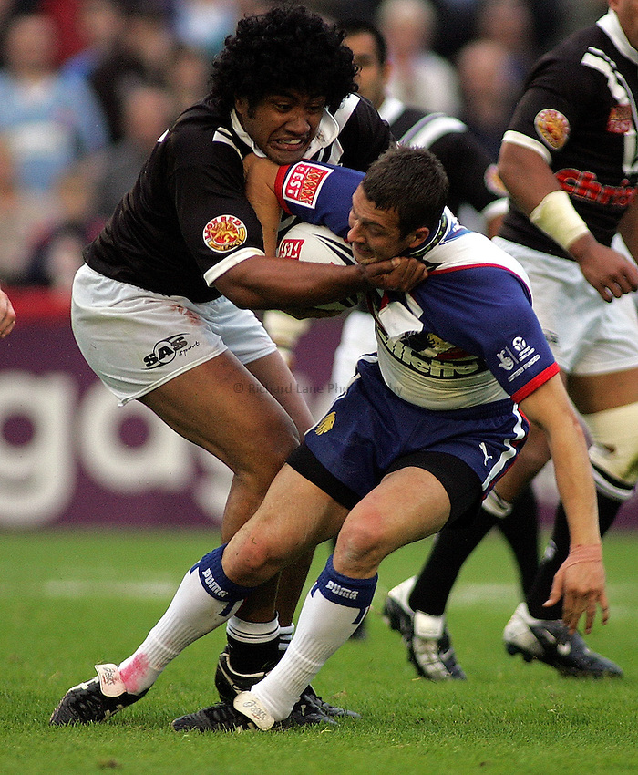 Photo: Paul Thomas..Great Britain v New Zealand. XXXX Test Match. 27/06/2006..Ali Lauti'iti of New Zealand tackles Danny McGuire (R).