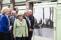 Berlin, Bundeskanzlerin Angela Merkel (CDU, m.), am Dienstag (11.06.13) vor Berliner Deutschlandhaus, anlässlich Eröffnung der Open-Air-Ausstellung der Stiftung und Enthüllung eines Großplakates an der Gebäudefassade. Foto: Maja Hitij/CommonLens