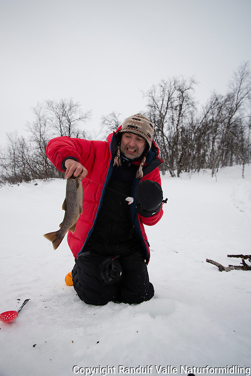 Isfisker i Stabbursdalen nasjonalpark. ---- Ice fishing in Stabbursdalen National Park.