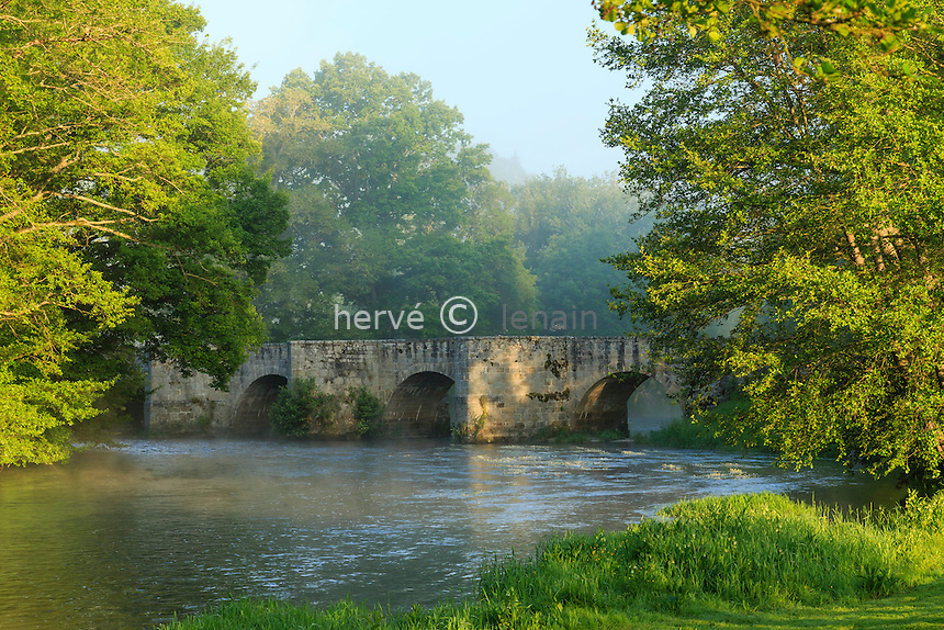 France, Creuse (23), Moutier-d'Ahun, pont roman sur la Creuse // France, Creuse, Moutier-d'Ahun, romanesque bridge over the Creuse
