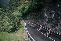 Maglia Rosa / overall leader Simon Yates (GBR/Mitchelton-Scott) descending towards the Lago di Ledro<br /> <br /> stage 17: Riva del Garda - Iseo (155 km)<br /> 101th Giro d'Italia 2018