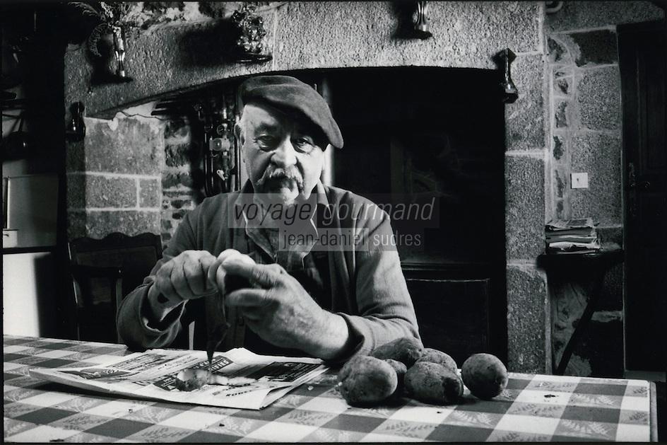 Europe/France/Midi-Pyrénées/12/Aveyron/env de Laguiole : Mr Mathieu éleveur de taureaux de race Aubrac à la ferme de Lhon, épluche des pommes de terre pour préparer l'aligot