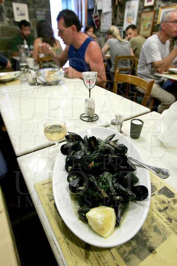 Vino bianco e cozze nell'osteria a Cantina de Mananan a Corniglia, uno dei borghi delle Cinque Terre.<br /> A glass of white wine and dish of mussels in the restaurant A Cantina de Mananan in Corniglia, at the Cinque Terre.<br /> UPDATE IMAGES PRESS/Riccardo De Luca