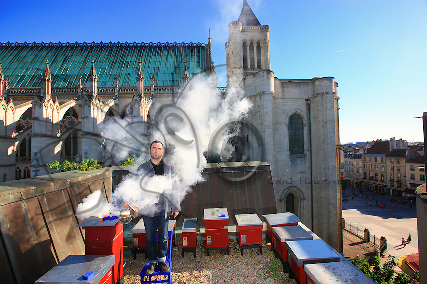 Olivier Darné, artist and urban beekeeper set up his first hives in 2000 on the roof of the Mayor's Office of Saint-Denis, at the foot of the basilica. His apiary counts 20 hives. He has chosen bees as a medium, and for years now puts bees and questions on the sidewalks of the cities.