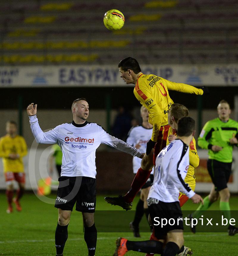 OMS Ingelmunster - SK Eernegem : Jens Vyncke (r) klimt hoger dan Dwight De Groote (links) <br /> Foto VDB / Bart Vandenbroucke