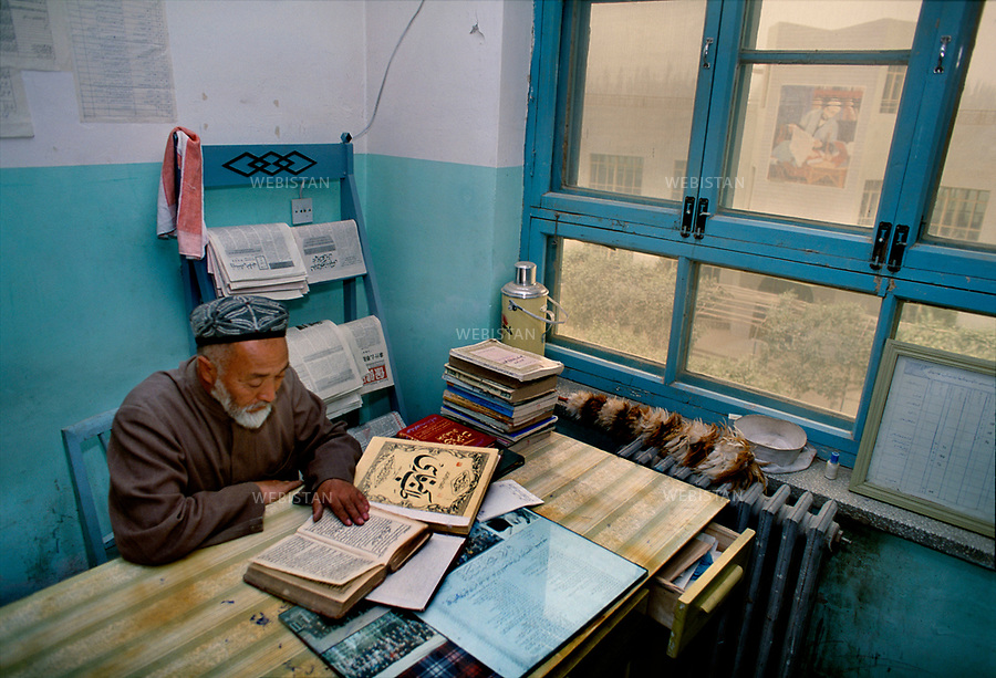 1995. At the university of Uighur traditional medicine of Khotan, a teacher studies ancient medicine books. A l'université de médecine traditionnelle ouighoure de Khotan, un professeur étudie des livres anciens de médecine.