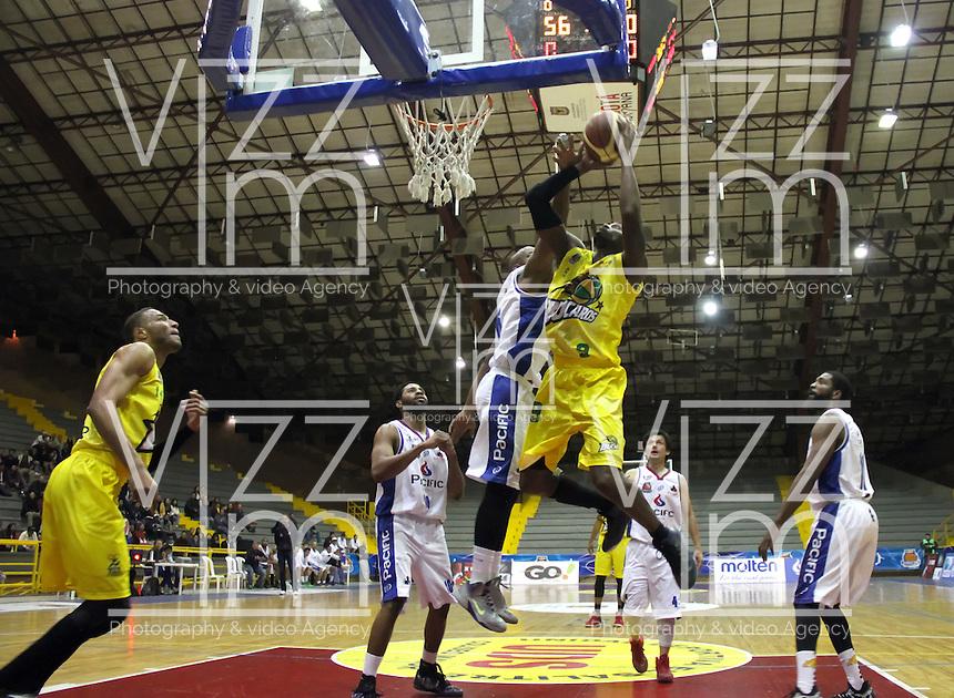 BOGOTA -COLOMBIA, 6-MARZO-2015. Adinson Mosquera de Bucaros en accion contra Guerreros de Bogota durante partido de la quinta fecha de la Liga DIRECTV de baloncesto 2015 jugado en el coliseo el Salitre .Guerreros se impuso 92-87 a Bucaros. / Vee Sanford  of Bucaros in action against Guerreros of Bogota during  game of  the fifth round of the liga  DIRECTV 2015 of Basketball  played at the Coliseum Salitre .Guerreros won 92-87 to Bucaros . Photo / VizzorImage / Felipe Caicedo  / Staff