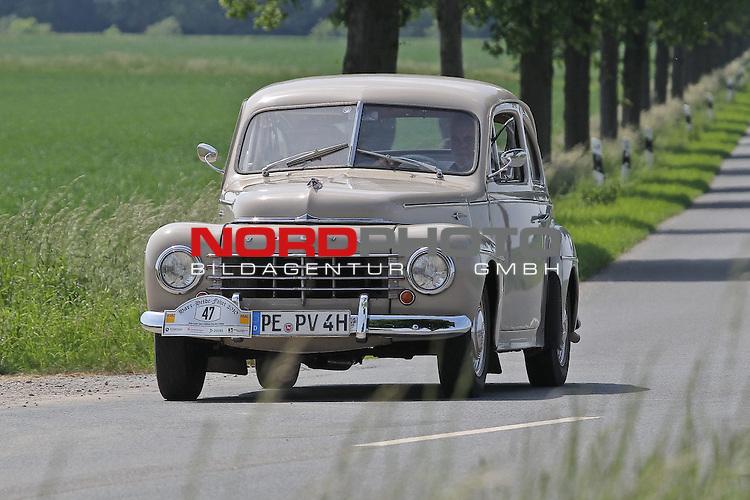 Aus Harz- Heide -Fahrt fuer Odtimer am 06. 06 .2010 -hier bei Hildesheim. Im Foto: Volvo PV 444 Bj. 1957. <br /> <br /> <br /> Foto: &copy; nph / Rust<br />  *** Local Caption *** Fotos sind ohne vorherigen schriftliche Zustimmung ausschliesslich f&uuml;r redaktionelle Publikationszwecke zu verwenden.<br /> <br /> Auf Anfrage in hoeherer Qualitaet/Aufloesung
