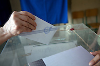Atene, 17 giugno 2012: elezioni nazionali, una mano inserisce una scheda elettorale nell'urna. <br /> Athens, June 17, 2012 national elections, voting<br /> Ath&egrave;nes, Juin 17, 2012 &eacute;lections nationales, les bureaux de vote