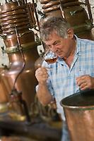 Europe/France/Midi-Pyrénées/46/Lot/Souillac: Daniel Chambon chef du restaurant: Le Pont de l'Ouysse  déguste la  Vieille Prune à la Distillerie Louis Roque 41 Av Jean Jaurès qui produit la célèbre :