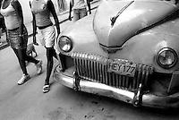 Cuba, Havana.<br /> Vecchia Cadillac per le strade di Habana Vieja.<br /> Cuba, Havana.<br /> Old Cadillac in the streets of Habana Vieja.