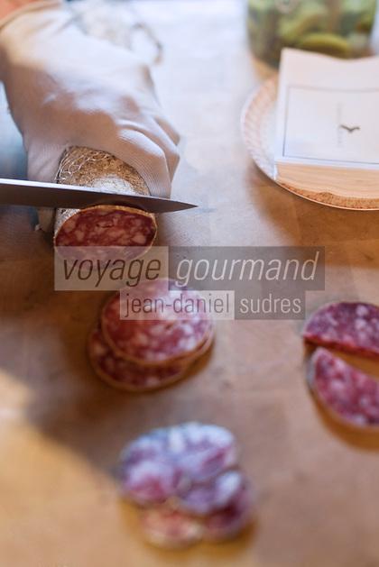 urope/France/Rhone-Alpes/73/Savoie/Courchevel: Restaurant: Le 1947 à l'Hôtel  Cheval Blanc, La Cave à Saucissons , dans  cette armoire de luxe, en laiton et cuir, se trouvent quelques uns des plus beaux saucissons de la terre - Service des saucissons