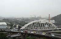 RIO DE JANEIRO, RJ, 28.05.2014  - CLIMA TEMPO RJ - Devido a chegada de uma frente fria o dia na cidade do Rio de Janeiro amanhece com chuva intensa, na Cidade Nova região central da cidade nessa quarta 28. (Foto: Levy Ribeiro / Brazil Photo Press)