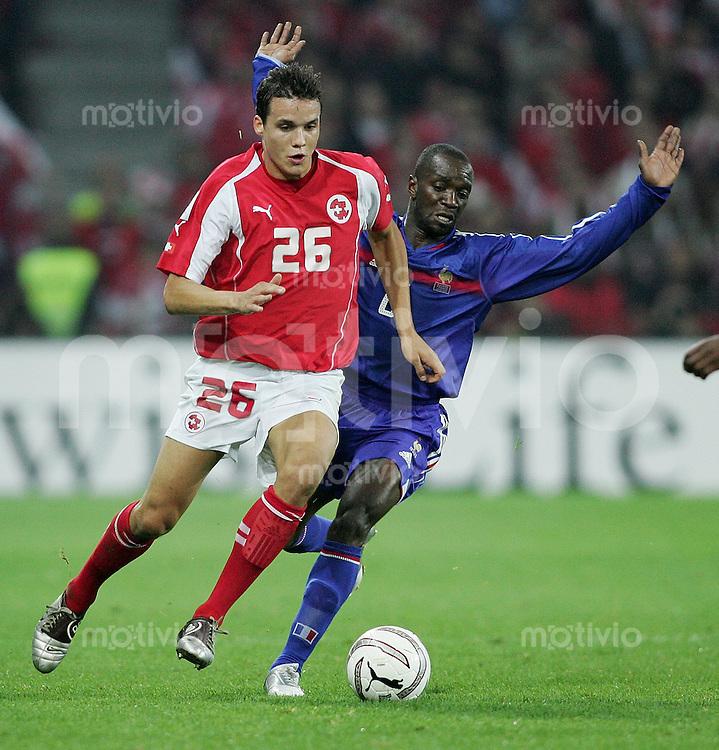 Fussball International WM Qualifikation Schweiz 1-1 Frankreich Philipp Degen (SUI,li) gegen Claude Makalele (FRA)