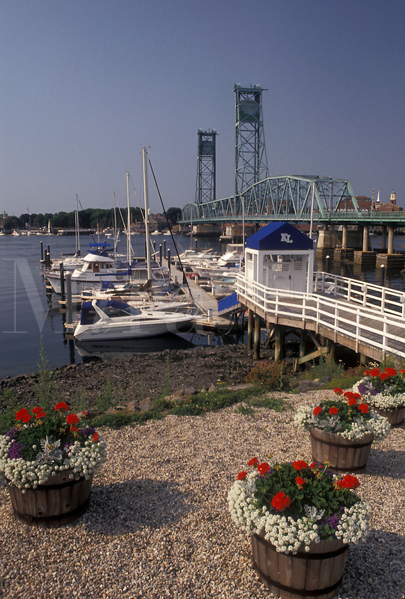 AJ4460, Portsmouth, New Hampshire, Maine, border, Scenic view of the Piscatagua River and Memorial Bridge from the waterfront in Kittery in the state of Maine.