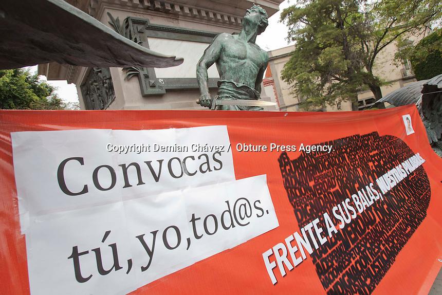 Quer&eacute;taro, Qro. 23 de febrero de 2014.-  Ciudadanos, activistas y reporteros se congregaron en Jard&iacute;n Corregidora, como parte de la movilizaci&oacute;n nacional convocada por Periodistas de a Pie bajo el lema: &iexcl;Prensa, no disparen! y  el hashtag #FrenteasusBalasNuestrasPalabras, que servir&aacute;n para exigir justicia para Goyo (Gregorio Jim&eacute;nez) y el cese a las agresiones a periodistas. <br /> <br /> Esta movilizaci&oacute;n nacional congreg&oacute; al menos 20 ciudades y una gran concentraci&oacute;n en la capital del pa&iacute;s para realizar una exigencia a las autoridades locales de Veracruz, y las instancias federales para resolver el asesinato de Gregorio Jim&eacute;nez, periodista plagiado el 5 de febrero y posteriormente asesinado. <br /> <br /> Foto: Demian Ch&aacute;vez / Obture Press Agency.