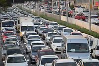 SÃO PAULO, SP, 08.07.2016 – TRÂNSITO-SP - Transito congestionado na Av. Moreira Guimarães, próximo ao aeroporto de Congonhas, zona sul de São Paulo na tarde desta sexta feira. (Foto: Levi Bianco/Brazil Photo Press)