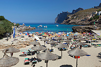 Spain, Mallorca, Cala San Vincente (Cala Sant Vicenc): View over beach in Summer | Spanien, Mallorca, Cala San Vincente (Cala Sant Vicenc): beliebter Badeort und Strand