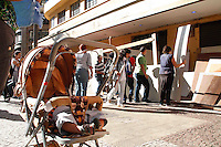 SAO PAULO, SP, 02 DE FEVEREIRO 2012 - REINTEGRAÇÃO DE POSSE - FRENTE DE LUTA POR MORADIA (FLM) - Moradores são obrigados a abandonar um prédio ocupado há quatro meses por 400 pessoas durante o cumprimento de uma reintegração de posse marcada para a manhã desta quinta-feira (2), na esquina da avenida São João com a avenida Ipiranga, no centro de São Paulo. (FOTOS: AMAURI NEHN - NEWS FREE)