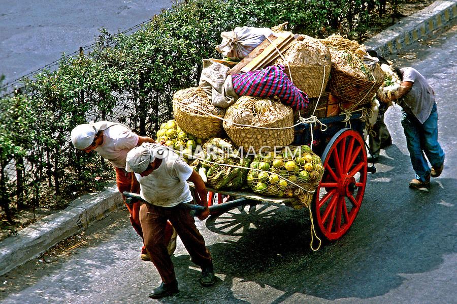Transporte de alimentos na cidade da Guatemala. 1985. Foto de Juca Martins.