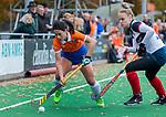 HUIZEN - Hockey - Pili Romang (Bldaal)  in duel met Annabel Weers (Huizen) Hoofdklasse hockey competitie, Huizen-Bloemendaal (2-1) . COPYRIGHT KOEN SUYK