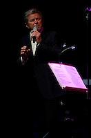 SAO PAULO, SP, 19 DE ABRIL DE 2013 - SHOW PETER CETERA - O americano Peter Cetera,  ex vocalista e baixista da banda Chicago, durante apresentação solo realizada na noite desta sexta feira (19) no HSBC Brasil em São Paulo. FOTO: LEVI BIANCO - BRAZIL PHOTO PRESS
