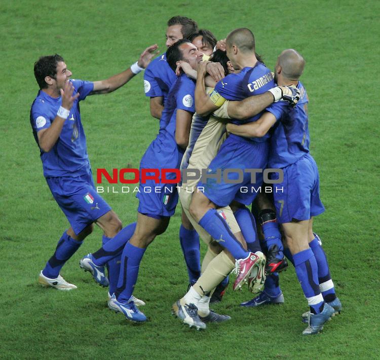 FIFA WM 2006 -  Final - Finale<br /> Play    #64  (09. Juli ) Italien - Frankreich<br /> <br /> Riesenjubel bei den Spielern von Italien nach dem Sieg im Elfmeterschiessen &uuml;ber Frankreich. Alle Spieler st&uuml;rmen auf Torwart Gianluigi (Mitte) zu.<br /> <br /> Foto &copy; nordphoto